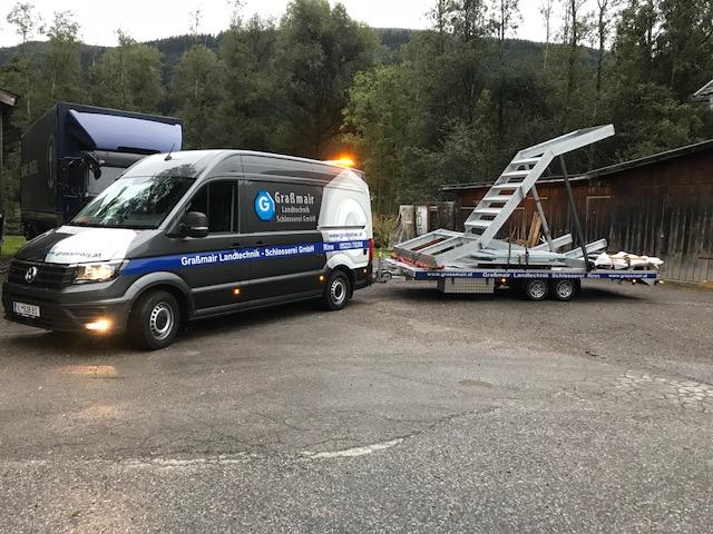 Transport Stiegenaufgang mit dem VW-Crafter von Graßmair Landtechnik-Schlosserei GmbH Rinn