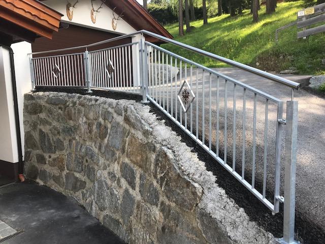 verzinktes Geländer mit Tiroler Adler Schlosserei Graßmair Rinn