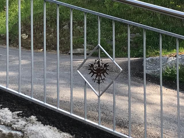 verzinktes Geländer mit Tiroler Adler Außenbereich Schlosserei Graßmair Rinn