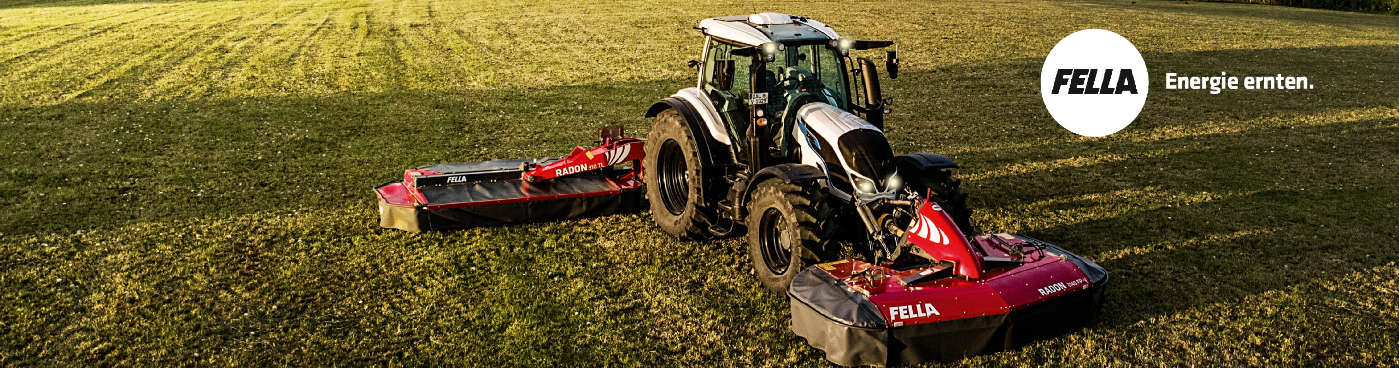 weißer Valtra Traktor mit Fella Frontmähwerk und Kreisler im Einsatz