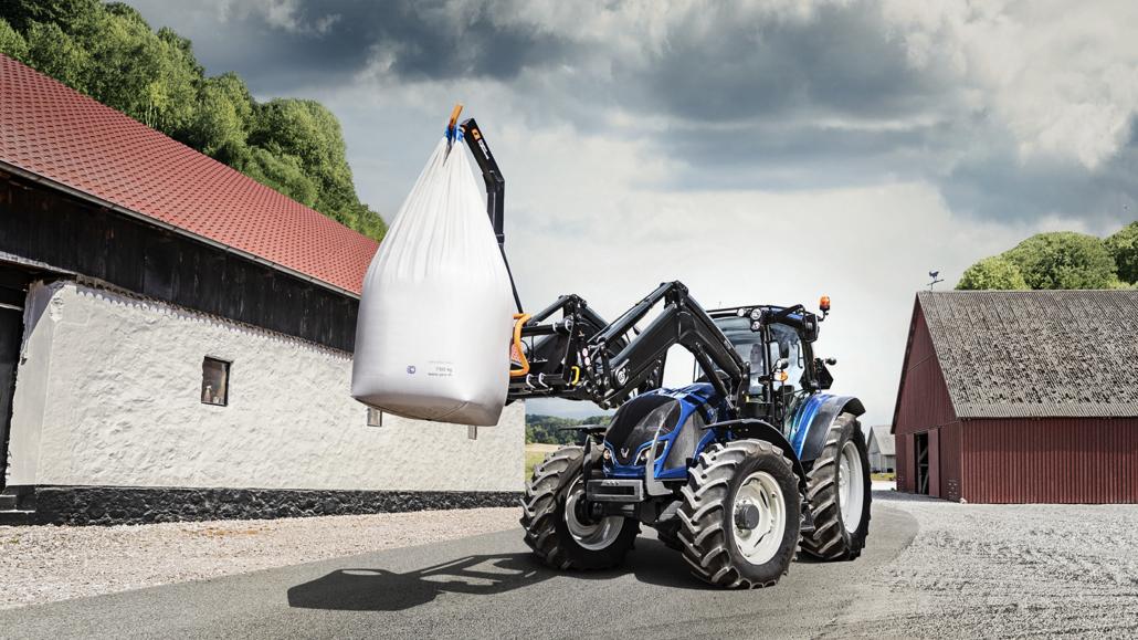 Traktor blau im Einsatz mit Frontalder