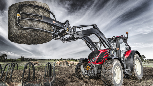 Traktor mit Palettengabel im Einsatz, bewölkter Hintergrund