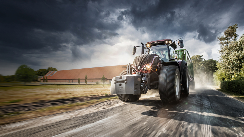 großer Valtra Traktor im Freien. bewölkter Hintergrund