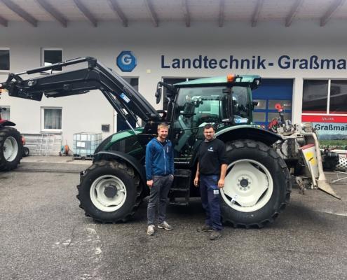 grüner Valtra Traktor vor dem Graßmair Gebäude